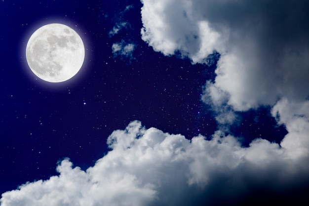 ロマンチックな夜、雲の背景を持つ星の上の宇宙の満月。