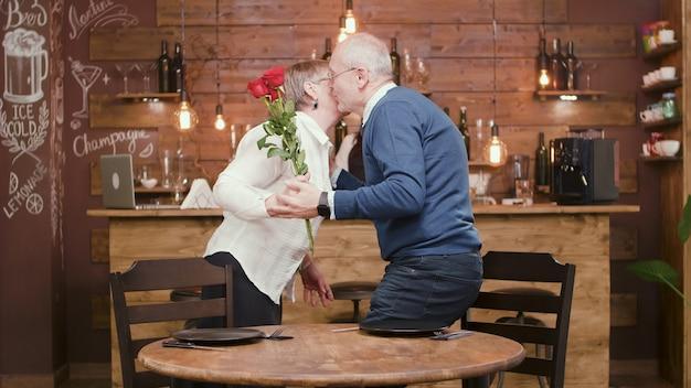 彼らがレストランで昼食をとっている間にselfieを取っているロマンチックな老夫婦。 60代のカップル。幸せなカップル。