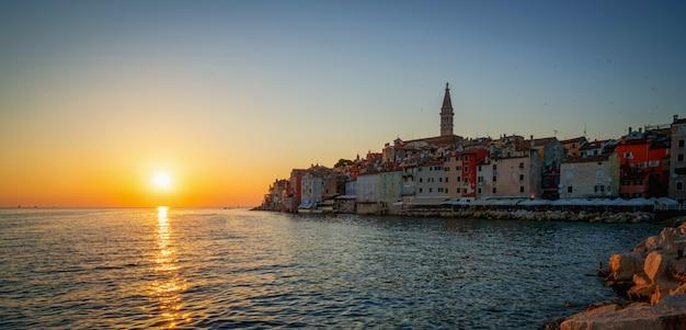 クロアチア、ヨーロッパのロヴィニのロマンチックな旧市街。