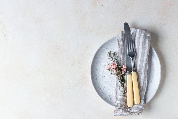 Романтическая или весенняя сервировка стола