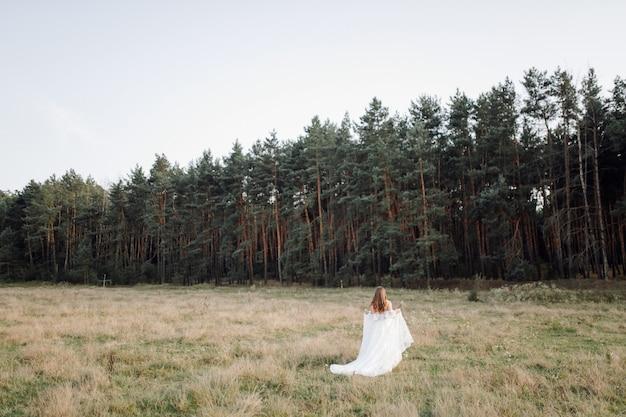 Романтическое фото в сказочном лесу. красивая женщина