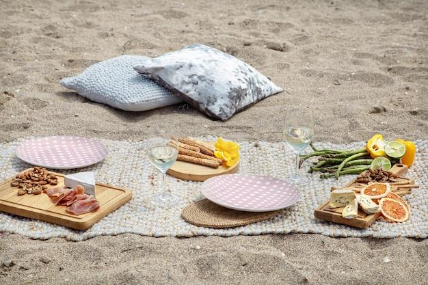 바다에서 두 사람을위한 낭만적 인 피크닉. 휴가 및 로맨스 개념.