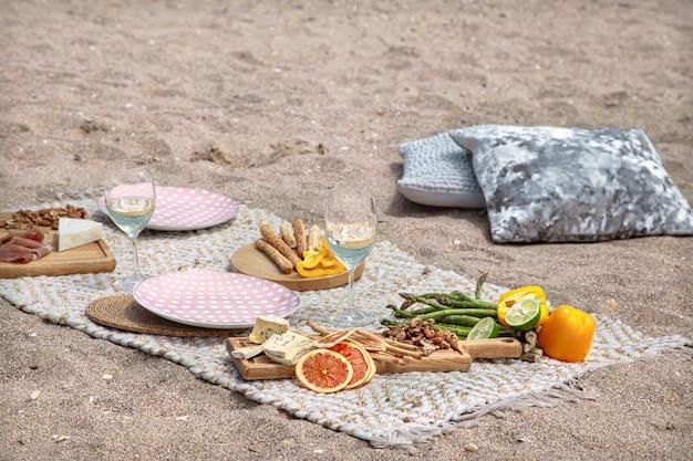 Романтический пикник на двоих у моря. концепция отпуска и романтики.