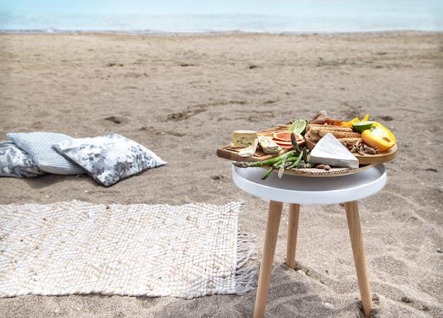 海の近くでロマンチックなピクニック。休暇と恋愛の概念。