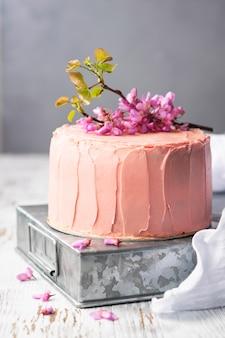 花で飾られたロマンチックなピンクのケーキ、結婚式、誕生日やイベント、母の日のための素朴なスタイル