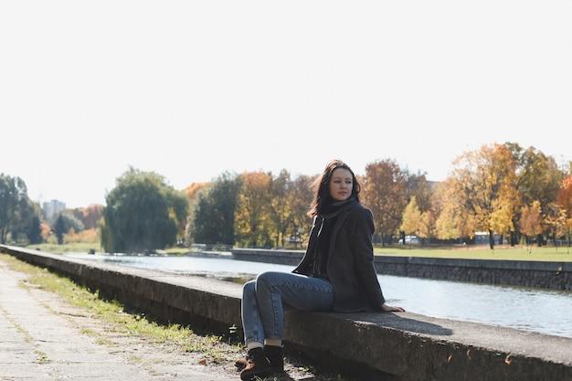 秋の公園で若い女性のロマンチックな肖像画
