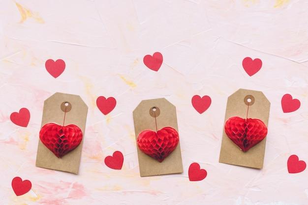 Романтическое красное бумажное украшение сердец и бирки ярлыка. празднование дня святого валентина