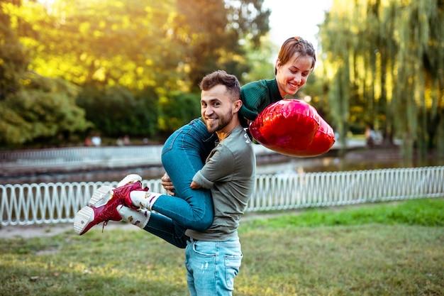 腕を持たずに生まれた障害のある若い女性と彼女の障害のあるボーイフレンドとのロマンチックな関係。