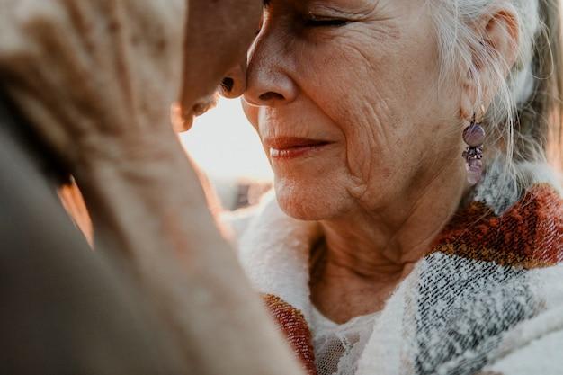 桟橋のそばのロマンチックな年配のカップル