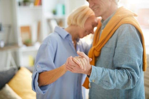 ロマンチックな年配のカップル