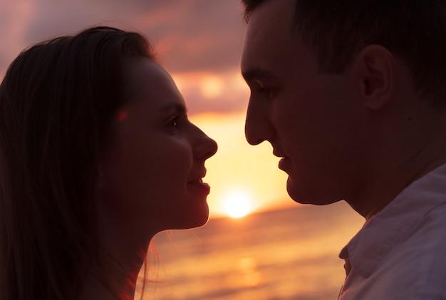 석양에 사랑에 낭만적인 관능적인 젊은 부부