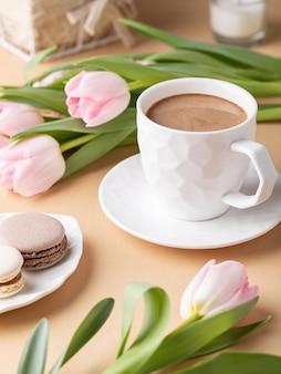 ココア、マカロン、チューリップのカップでロマンチックな静物