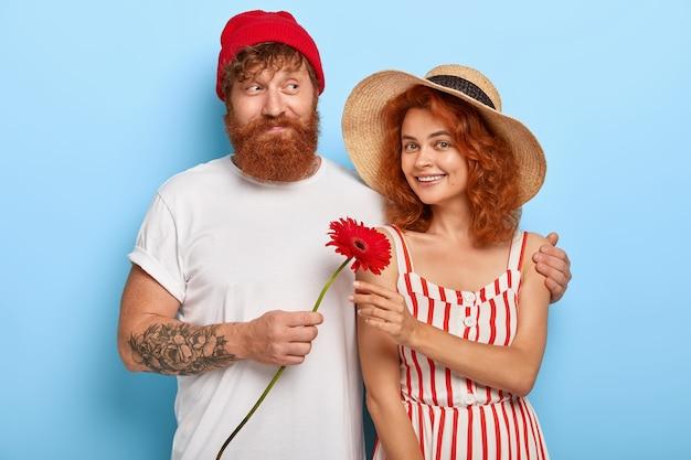 一緒にポーズをとってロマンチックなスタイリッシュな生姜カップル