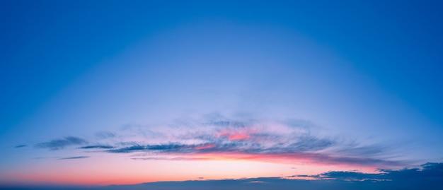 아름 다운 구름과 낭만적 인 일몰 하늘 배경입니다.