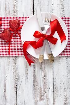 Романтическая сервировка на день святого валентина в деревенском стиле. вид сверху