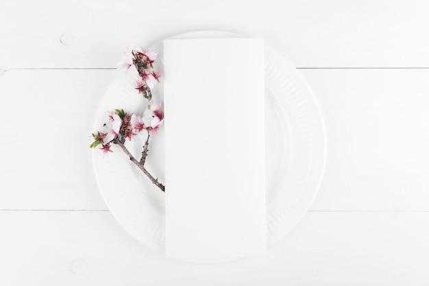 발렌타인 데이 로맨틱 테이블 설정입니다. 피는 아몬드 나무 가지와 메뉴 카드 모형