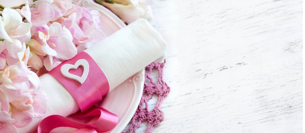 프리지아 꽃과 핑크 리본 로맨틱 테이블 설정 복사 공간을 닫습니다