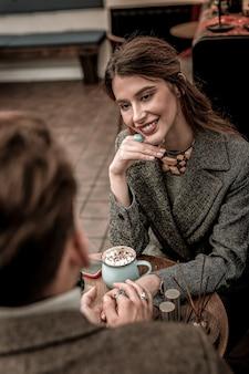 Романтический разговор. красивая женщина смотрит на своего партнера во время романтического разговора