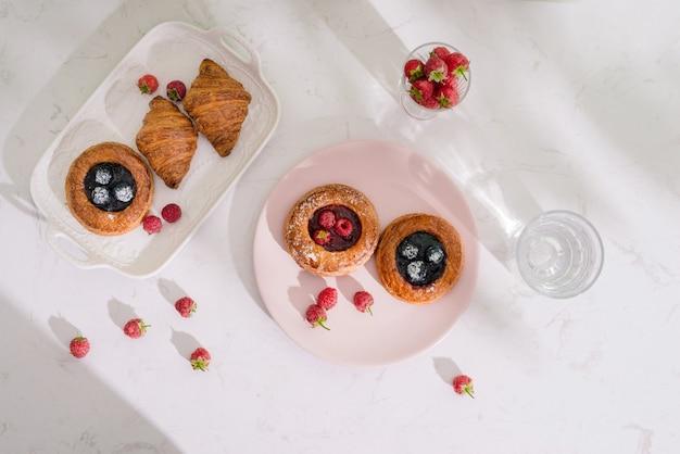 낭만적 인 열대 아침 식사 덴마크 생과자, 커피, 주스. 여름 배경