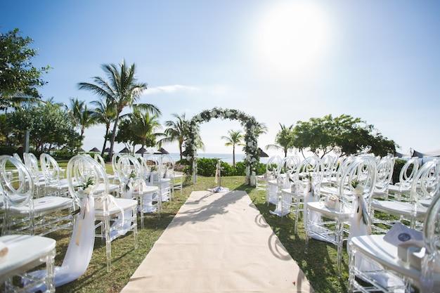 ビーチでのロマンチックな結婚式