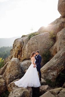 Романтическая свадьба влюбленная пара прогулки в горах и лесу