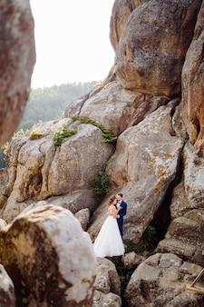 恋にロマンチックな結婚式のカップルは山や森を散歩します
