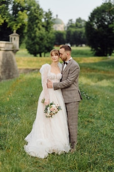 恋にロマンチックな結婚式のカップル
