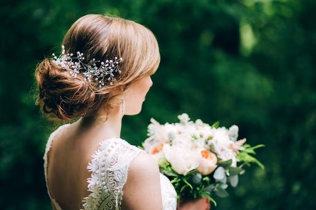 ロマンチックな結婚式のヘアスタイル。髪飾り