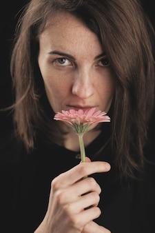 ロマンチックな女性と美しいピンクのデイジー