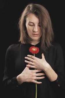 ロマンチックな女性と美しい赤いデイジー