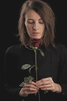 ロマンチックな女性と赤いバラ