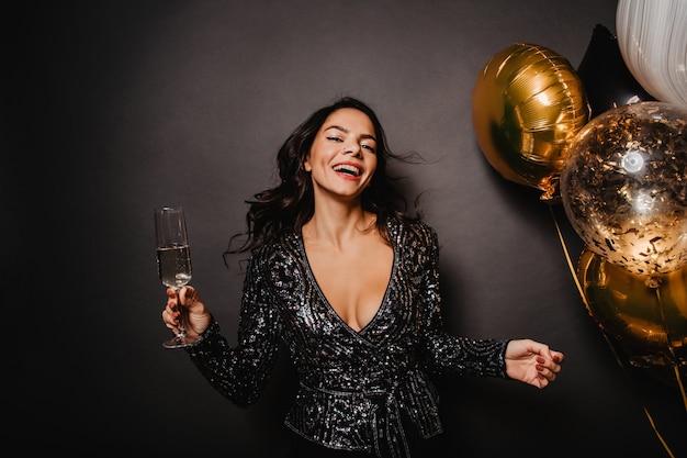 행복과 함께 생일을 축 하하는 로맨틱 여자