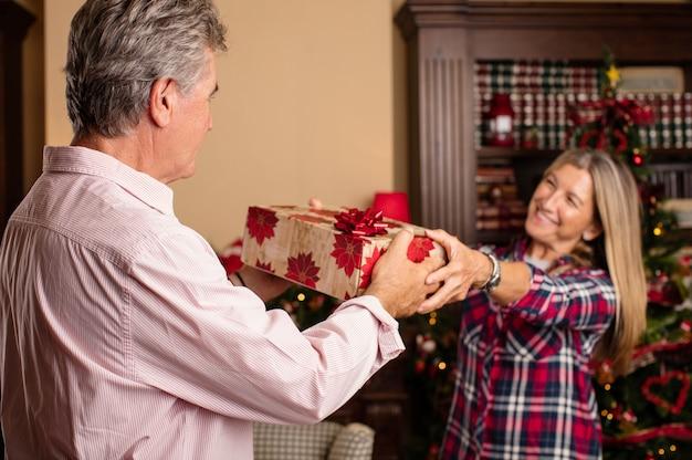 그녀의 남편에게 선물을주는 로맨틱 한 여자