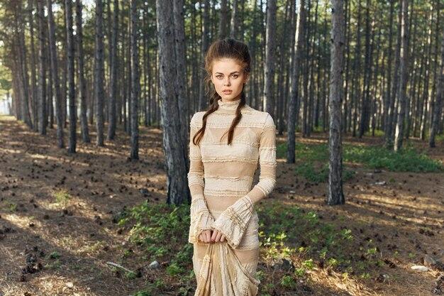 サンドレスとヘアドレスメイクモデルの妖精の森の中でロマンチックな女性