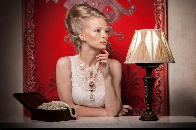 빅토리아 드레스와 인테리어에 로맨틱 여자입니다. 풍부한 라이프 스타일. 빈티지와 역사