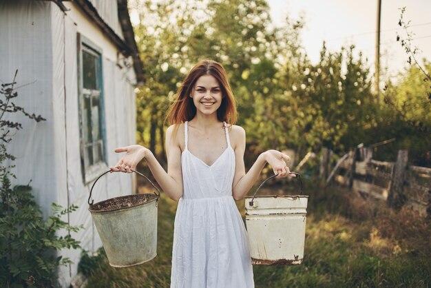 Романтическая женщина в белом платье в сельской местности