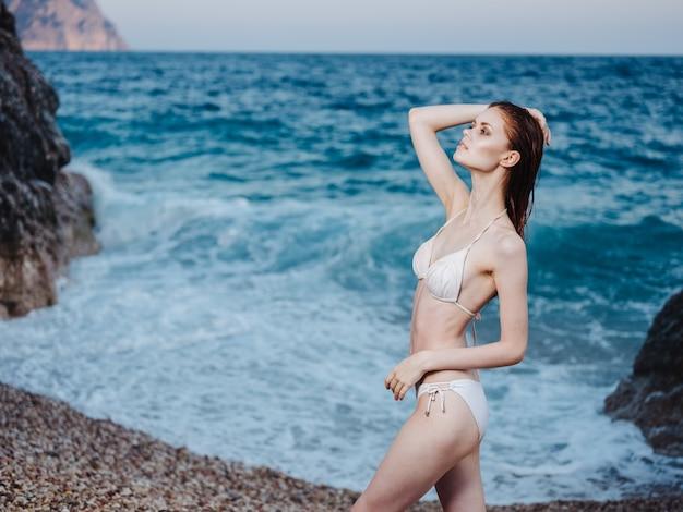 Романтичная женщина мокрые волосы прозрачная вода белая пена океан природа. фото высокого качества