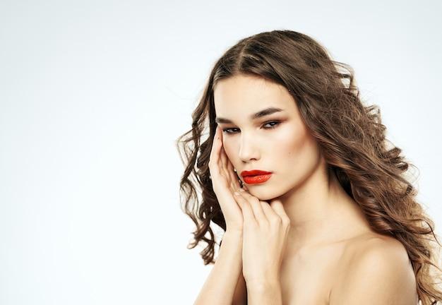 美しい髪型とメイクの赤い唇を持つロマンチックな女性
