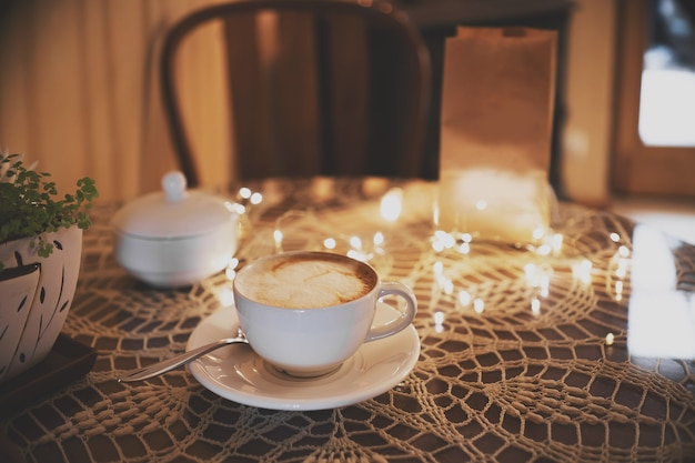 로맨틱 나무 커피 테이블. 레스토랑 인테리어 및 휴가 가정 장식 개념