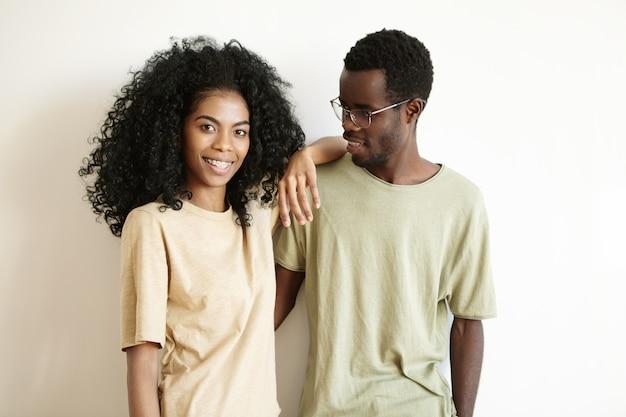 自宅で素敵な時間を過ごしてロマンチックな若いアフリカカップル