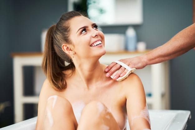 Романтическая молодая пара, наслаждаясь и расслабляясь в ванне