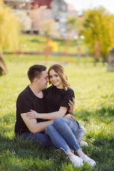 ロマンチックな若いカップルは楽しいotdoorを持っています。 無料写真