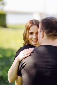 ロマンチックな若いカップルは楽しいotdoorを持っています。