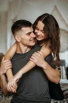 恋にロマンチックな若いカップル