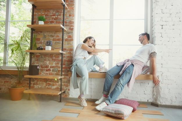 ロマンチック。若いカップルは新しい家やアパートに引っ越しました。