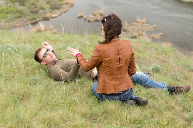 잔디에 편안한 로맨틱 젊은 부부