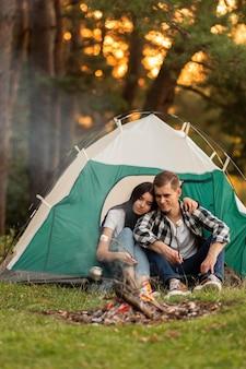 一緒にリラックスしてロマンチックな若いカップル