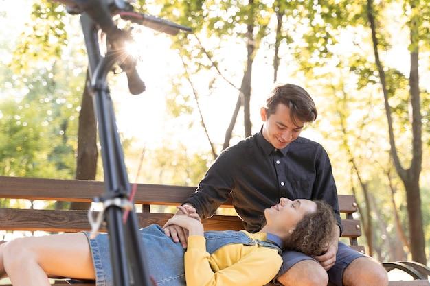 Романтическая молодая пара вместе на открытом воздухе