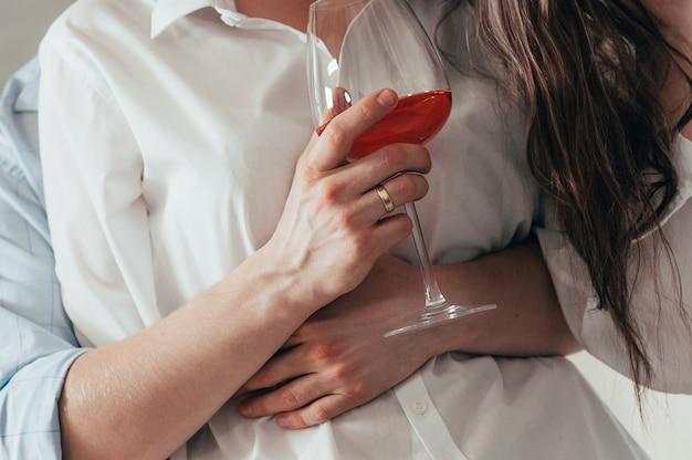 バラのワインを受け入れるとロマンチックな若いカップル