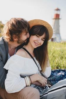 Романтическая молодая хипстерская пара в стиле инди в любви, прогулки в сельской местности, маяк на фоне, летние каникулы